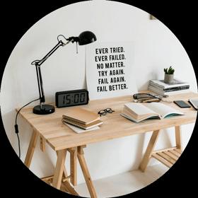 bureau avec cahier et stylo pour gestion de projet format rond