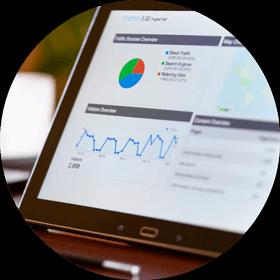 vue google analytics sur écran ordinateur format rond